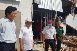 Lãnh đạo quận Bình Thủy thăm hỏi, hỗ trợ các hộ dân bị ảnh hưởng sạt lở