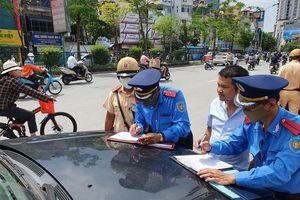Ra quân xử phạt loạt taxi 'biến hóa' biển số, đón khách sai quy định ở Hà Nội