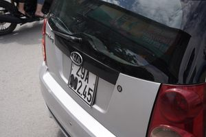 Nhiều xe taxi che biển, dừng đỗ sai quy định trước cổng bệnh viện