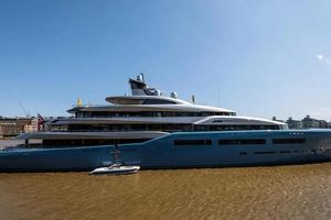 Du thuyền 113 triệu bảng của ông chủ Tottenham có sân tennis