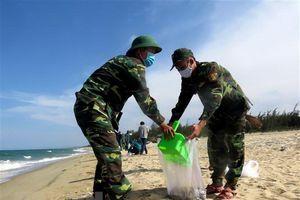 Quảng Ngãi: Hoàn tất việc thu gom lượng lớn chất thải dạt vào bờ biển