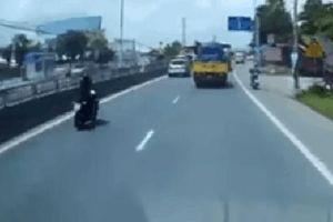 Clip: Chạy xe PKL tốc độ cao tông thẳng vào ô tô ngã lộn xuống đường, nam thanh niên khiến tất cả bất ngờ với hành động sau đó