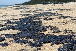 2km bờ biển Quảng Ngãi xuất hiện chất lạ: Nghi hắc ín