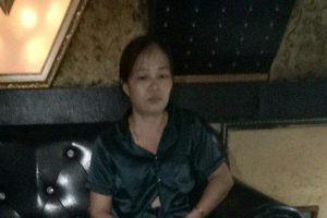 Người phụ nữ đang bán ma túy cho con nghiện, bất ngờ bị công an ập vào bắt quả tang