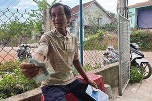 Vừa nhận tiền hỗ trợ từ xã, dân chưng hửng vì bị thu lại không sót đồng nào