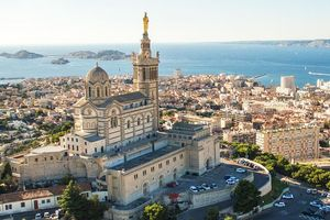 Buổi chiều ở thành phố cảng yên bình nước Pháp