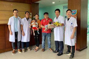 Bác sĩ Việt cứu bé gái người Lào thoi thóp thở