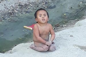 Em bé Mường Lát liệt hai chân co ro giữa giá rét ngày nào ra sao sau 3 năm được nhận nuôi?