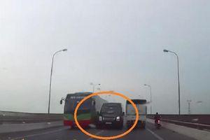 Xe limousine vượt ẩu khiến tài xế xe ngược chiều 'hú vía'