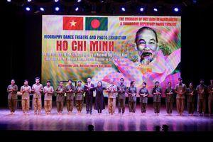 Hồ Chí Minh: Hành trình đi tìm ánh sáng