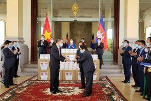 Quốc hội Việt Nam tặng khẩu trang cho Campuchia