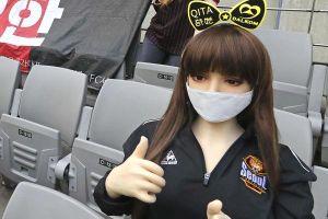 CLB Hàn Quốc phải trả giá vì đưa búp bê tình dục lên khán đài