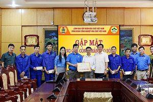 Supe Lâm Thao: Tặng quà công nhân lao động dịp Tháng công nhân
