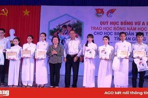 Trao học bổng Vừ A Dính cho học sinh dân tộc thiểu số ở TX. Tân Châu