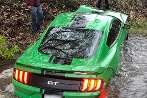 Mustang GT vừa mua 3 ngày lao xuống mương sau cú drift lỗi