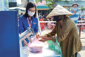 Tặng 21,5 tấn gạo cho người nghèo