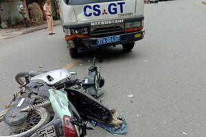 Xe máy va chạm xe CSGT, 2 mẹ con nguy kịch