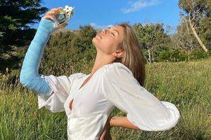 Mặc tay bó bột, Kaia Gerber vẫn tự tin quảng cáo nước hoa