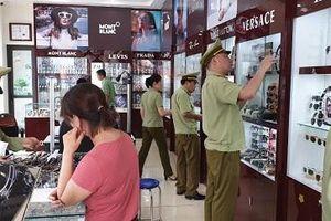 Nhiều cửa hàng bán kính mắt, đồng hồ giả mạo nhãn hiệu nổi tiếng