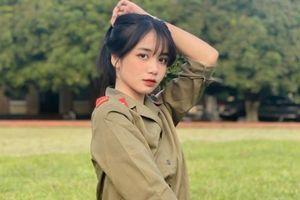 Nữ sinh gây chú ý trong ảnh mặc đồ quân sự