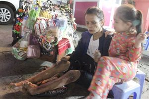 Hoàn cảnh đáng thương của hai bà cháu lang thang ở chợ đêm Đà Lạt: Bao giờ mới hết đớn đau?