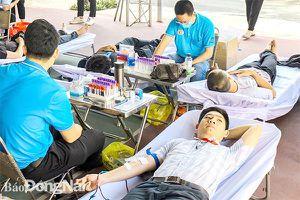 Gần 200 giảng viên, sinh viên hiến máu tình nguyện