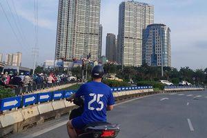 Hà Nội: Xe máy vô tư đi ngược chiều giờ cao điểm