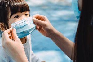 Hiệp hội Nhi Khoa Nhật Bản cảnh báo không cho trẻ dưới 2 tuổi đeo khẩu trang vì lý do hết sức nguy hiểm
