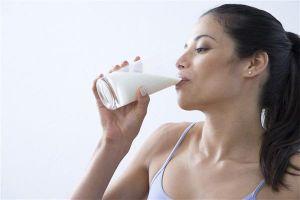 Bạn có nên uống sữa trước khi ngủ?