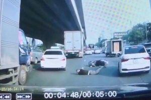 Clip: Tài xế ô tô 'chào thua' với màn ăn vạ trơ trẽn của người đi xe máy