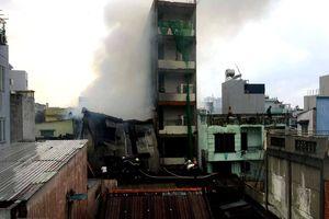 TP.HCM: Cháy xưởng sản xuất giày, nhiều nhà dân liền kề bị cháy xém