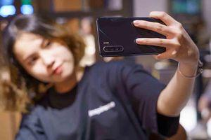 'Đọ' khả năng chụp selfie thiếu sáng của OPPO Reno3 và iPhone
