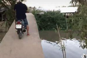 CLIP: Khăng khăng lái xe máy qua cầu, người đàn ông có cú 'liệng' xuống sông khiến tất cả hoảng hồn