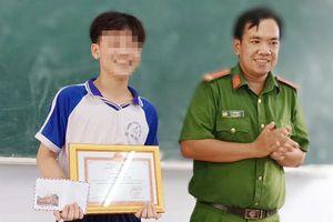 Công an khen thưởng nam sinh lớp 8 bắt trộm