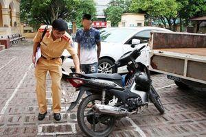 9X lái xe bằng chân bị phạt hơn 9 triệu
