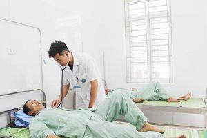 Gắp thành công cuống răng giả chui vào phổi bệnh nhân động kinh