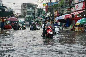 TP Hồ Chí Minh: Mưa lớn, hàng loạt tuyến đường ngập sâu trong nước