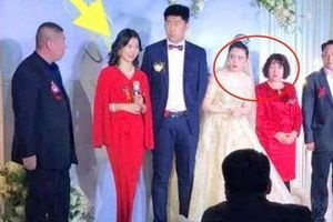 Cô dâu liên tục 'liếc xéo' mẹ chồng khi lên sân khấu phát biểu khiến quan khách không khỏi tò mò
