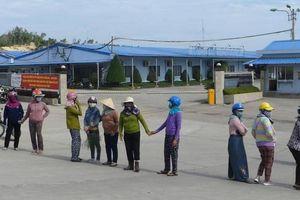 Dân chặn xe vào Hòa Phát Dung Quất vì... bị mùi khét 'tra tấn'