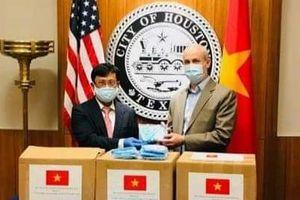 Việt Nam tặng 3.000 khẩu trang giúp Houston, Texas, Mỹ phòng, chống COVID-19