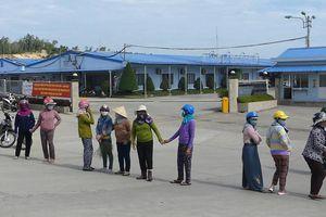 Nhà máy thép Hòa Phát Dung Quất bốc mùi khét, dân bức xúc chặn xe