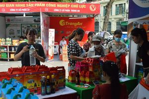Người dân Thủ đô hào hứng tìm hiểu các sản phẩm hàng Việt
