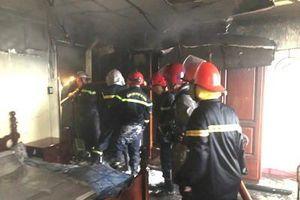 Giải cứu 7 người trong căn nhà 2 tầng bốc cháy ở quận Bình Tân