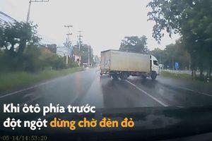 Xe tải xoay 180 độ khi phanh gấp dưới đường mưa