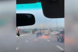 Ô tô chạy bằng vành bắn ra tia lửa trên cao tốc