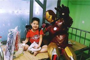 'Biệt đội siêu anh hùng' tặng quà những em nhỏ đặc biệt trong ngày 1/6