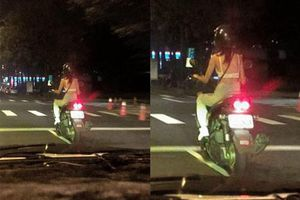 Phóng xe vù vù trên đường nhưng cô gái lại đội mũ bảo hiểm theo phong cách 'độc lạ' khiến ai cũng ngạc nhiên