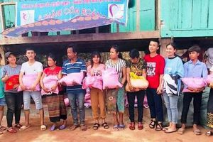 Quảng Bình: 1 nhóm thiện nguyện tặng 80 suất quà cho hộ nghèo tại bản Cồn Roàng