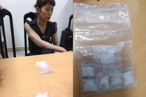 Tạm giữ 'nữ quái' giấu ma túy trong áo ngực ở Hà Nội