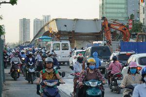 Hà Nội: Giao thông ùn tắc, người đi bộ 'chặn đầu' xe buýt tại nút giao đang thi công đường vành đai 2,5